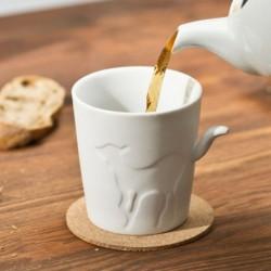 Tasse en porcelaine biche et queue en relief