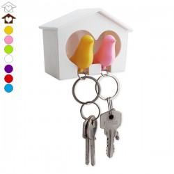 Range-clés couple d'inséparables dans un cabanon