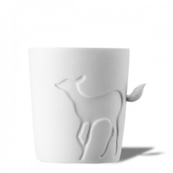 Tasse en porcelaine biche et queue en relief