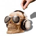 Tirelire crâne avec casque audio et lunettes de soleil