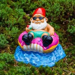Nain de Jardin avec lunettes de soleil sur une bouée donut